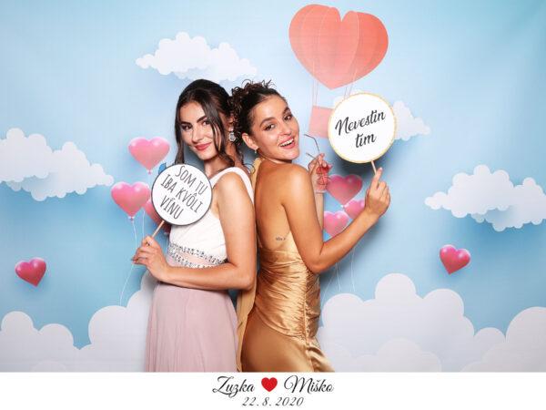 svadba v rajci fotokutik fotopozadie svadobne flying hearts