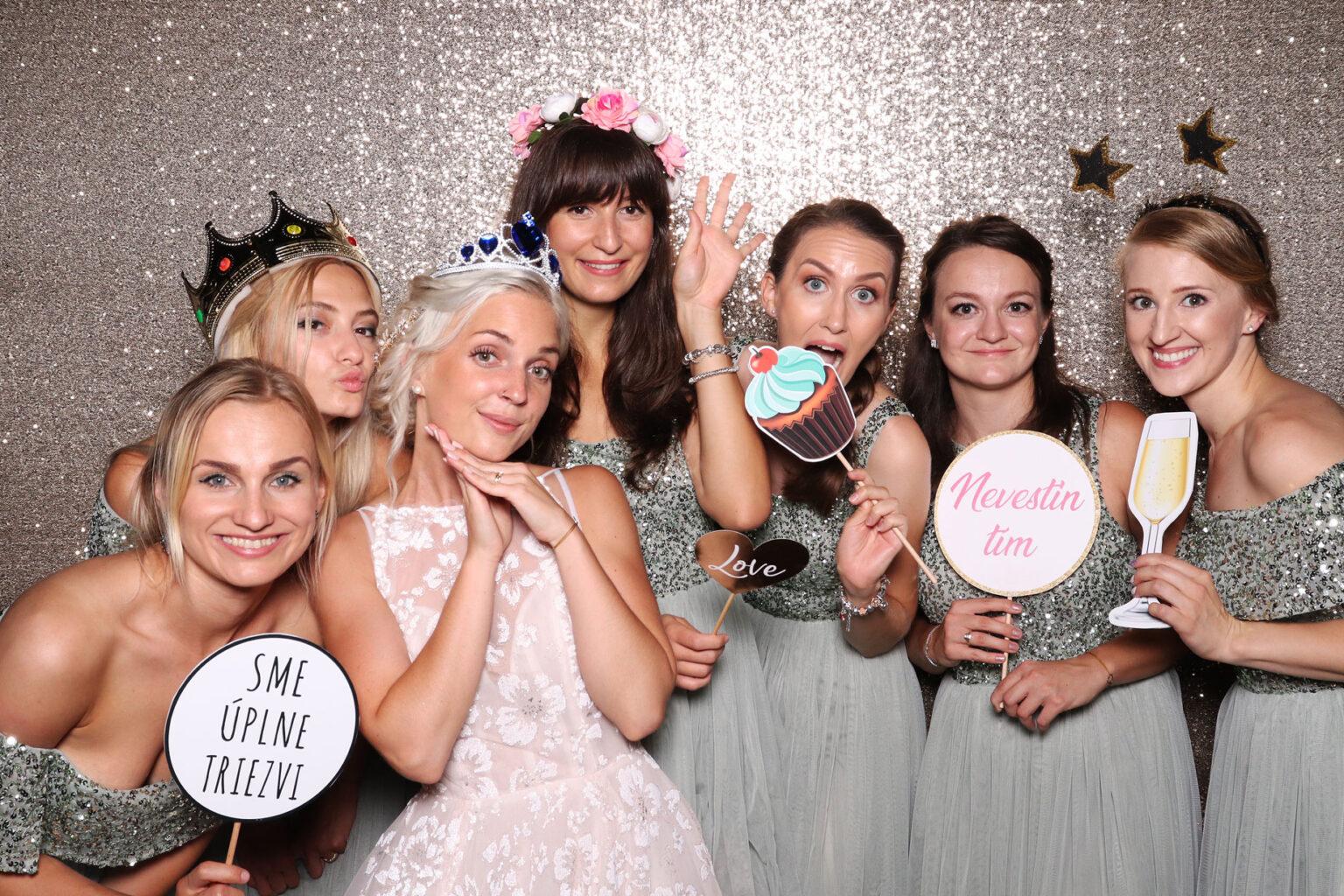 svadba stodola zlatnik fotokutik fotostena champagne FOTOKÚTIK.sk