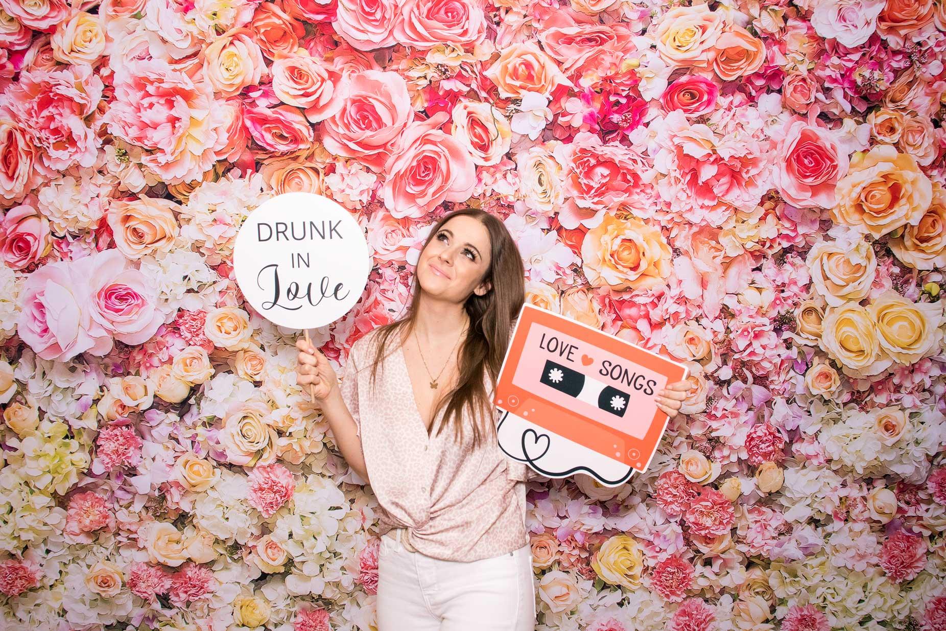 Fotostena z kvetov - fotokútik Flower wall - fotobox svadba prenájom.