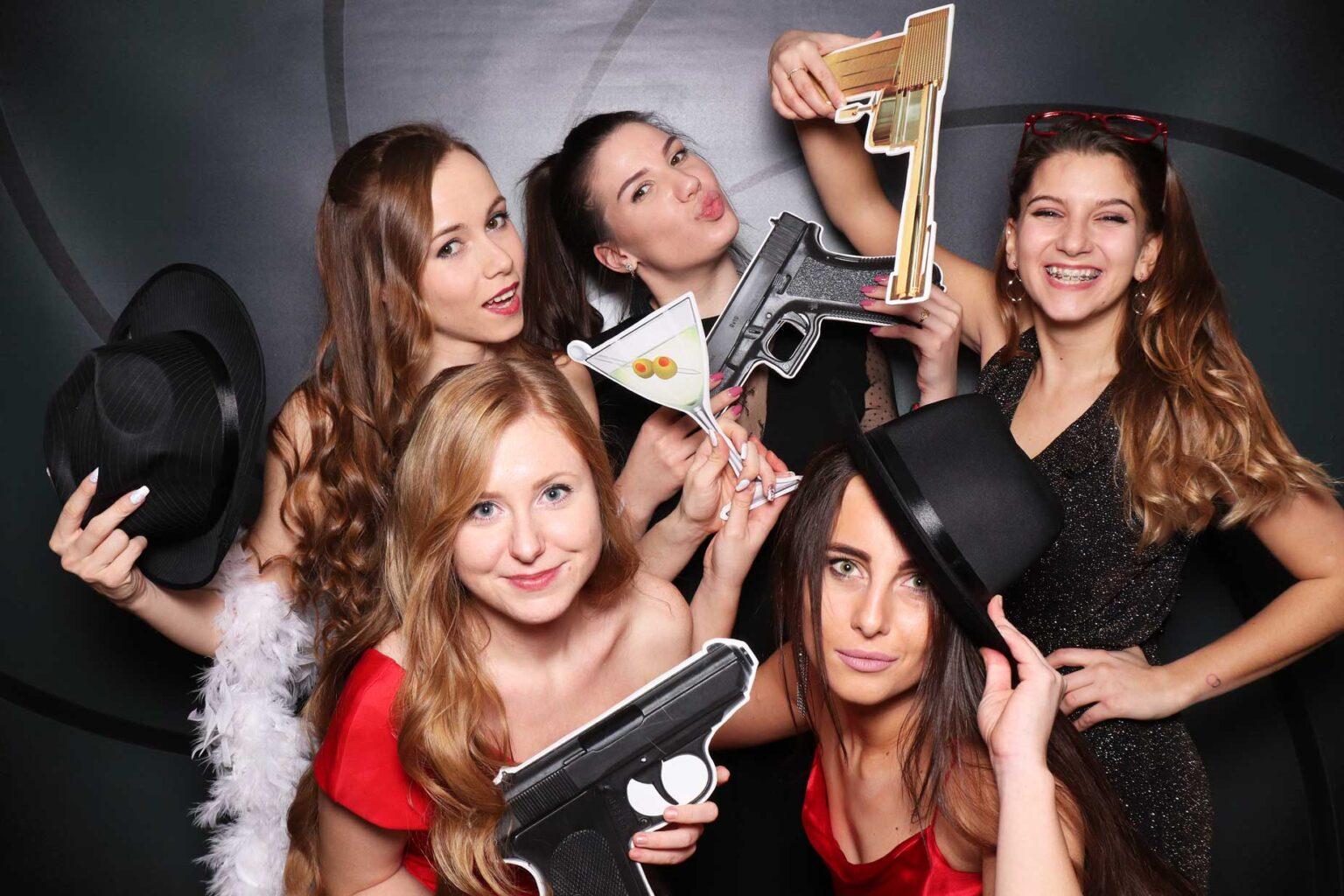Fotokútik James Bond party - fotobox rekvizity Bratislava.