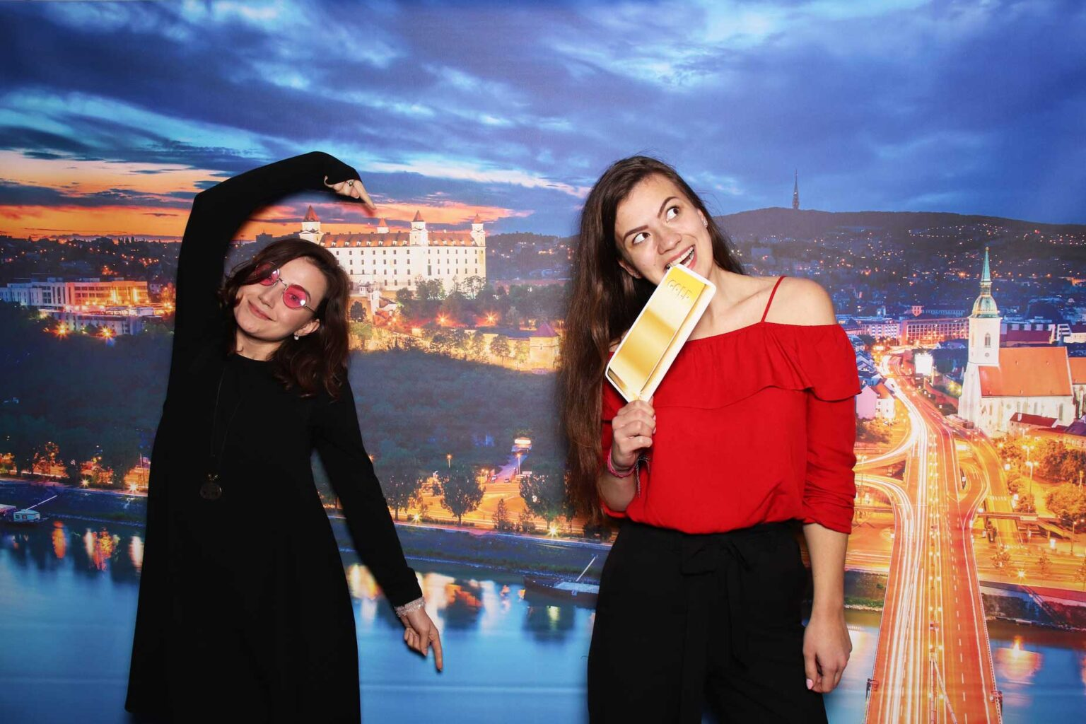 Fotopozadie Bratislava - fotobox na event - fotokútik firemný večierok.