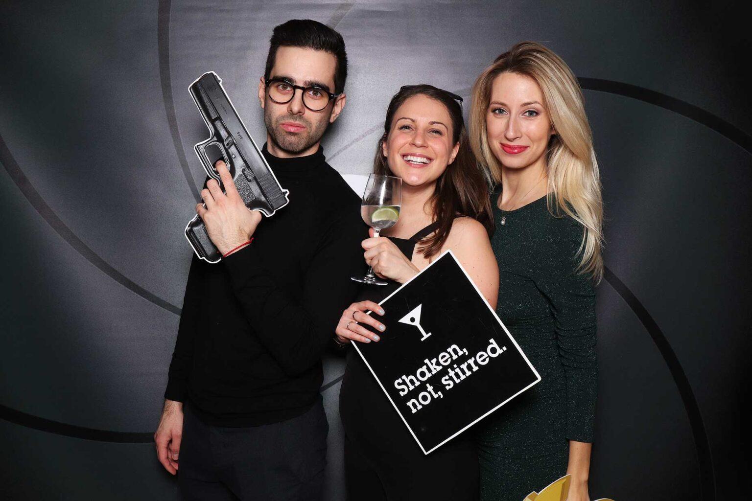 James Bond firemný večierok - rekvizity, fotokútik.