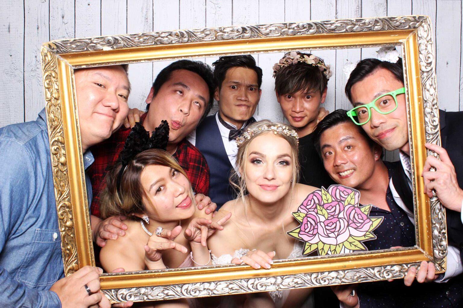 Pozadie drevené - svadba - fotokútik - svadobná fotobúdka.