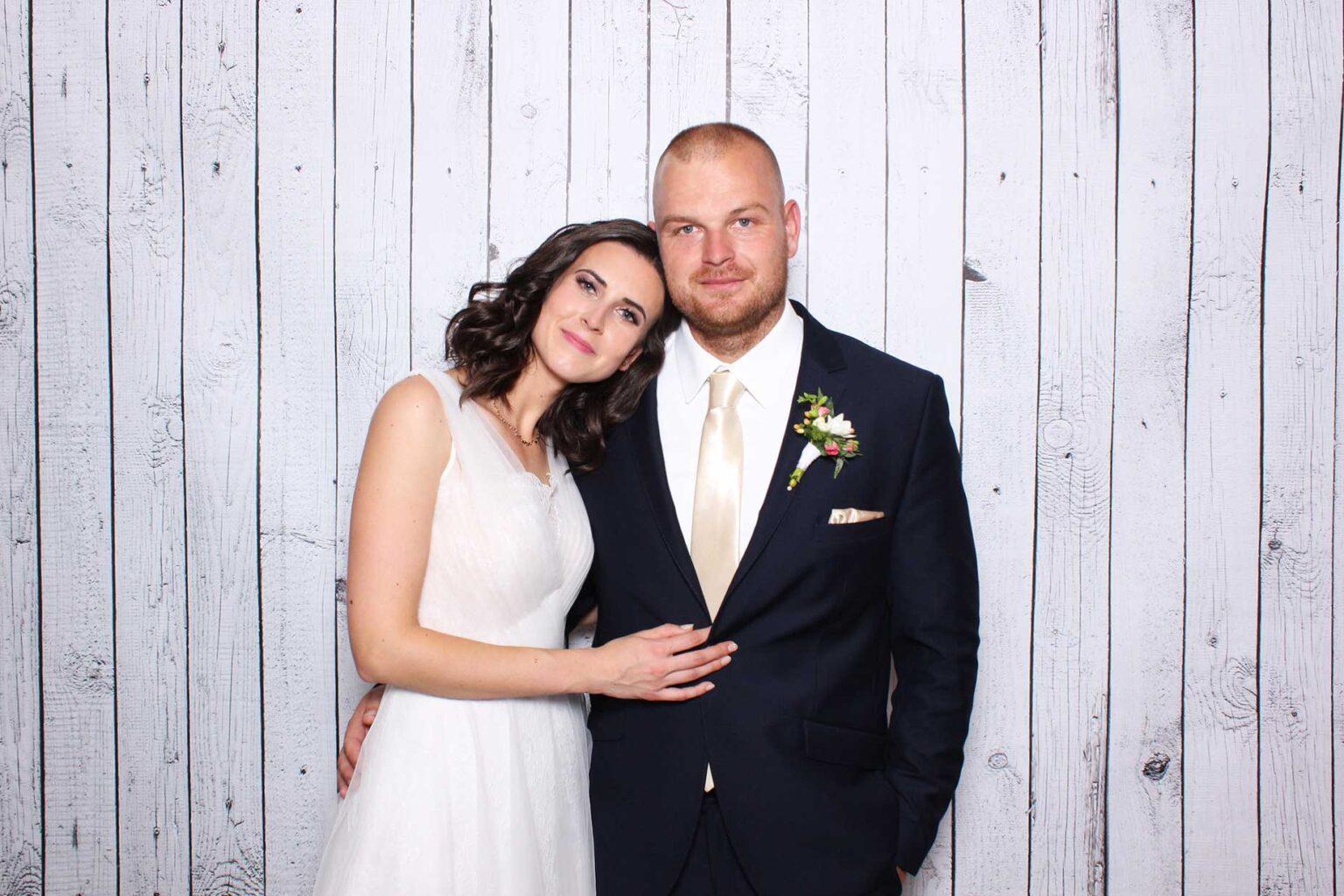 Pozadie White wood - biele drevo, fotokutik svadba.