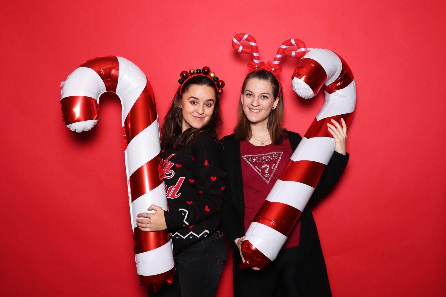 Fotokútik vianočný večierok - prenájom Bratislava - červená fotostena.
