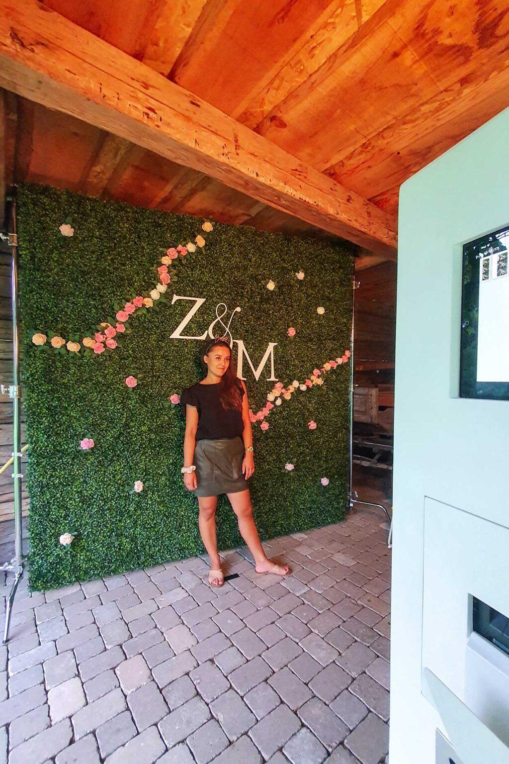 Fotostena Iniciály mladomanželov - kvetinová stena Floral Boxwood.