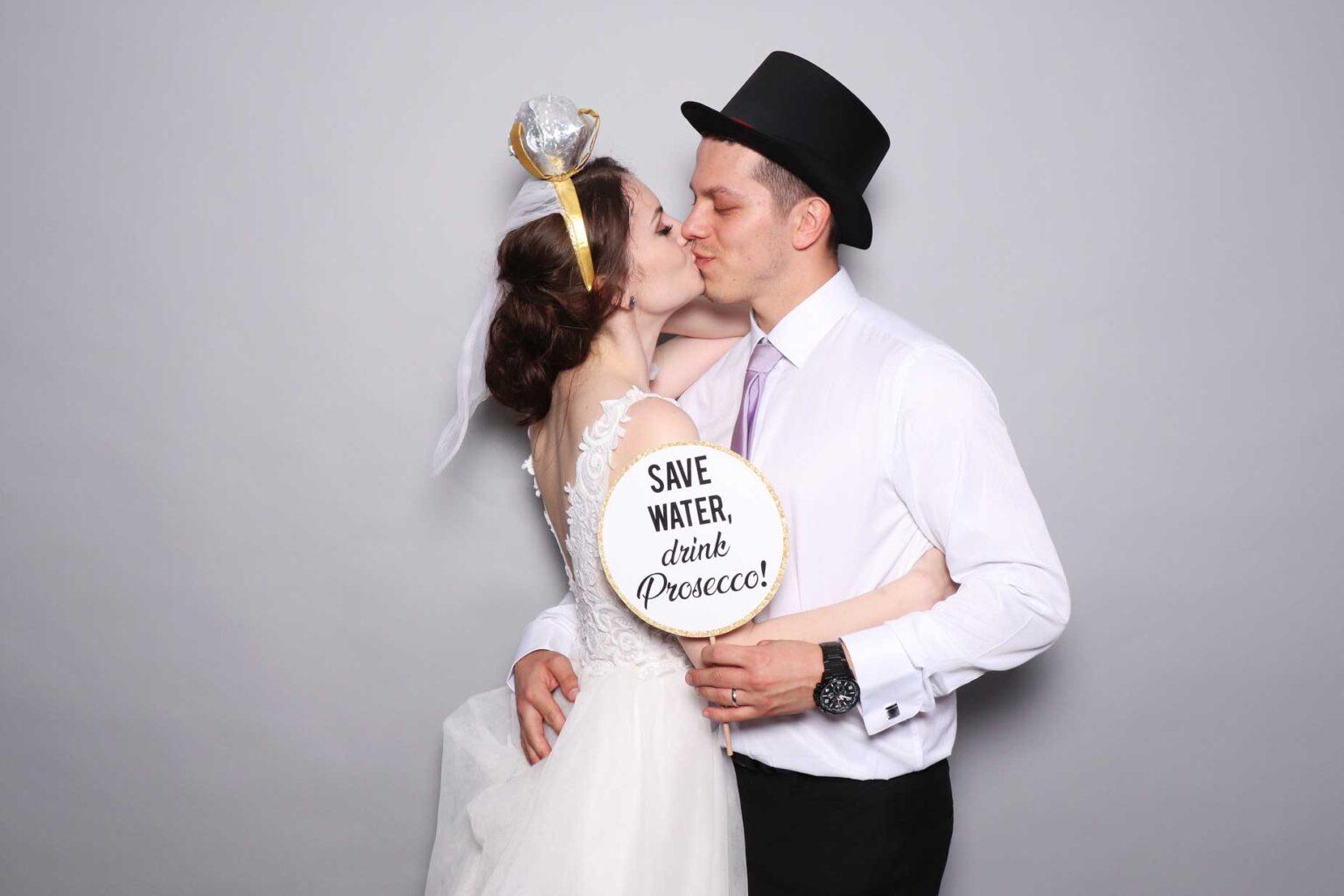 Svadba Bašta Pajštún - fotokútik, fotostena sivá.